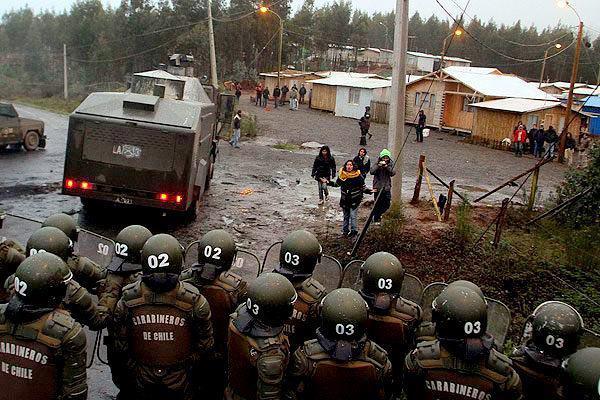 Chilean riot cops raid Mapuche community.