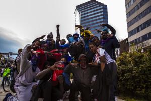 """Sábado 25 de Abril, 2015 Pandillas rivales de los """"Bloods"""" y los """"Crips"""" hacen tregua para enfrentar la brutalidad policiaca en Baltimore, Maryland."""